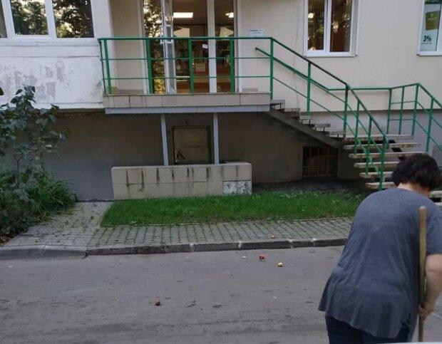 """Львовские пенсионеры """"забомбили"""" яблоками мамочек с колясками: """"Ржут и кидают с балкона"""""""