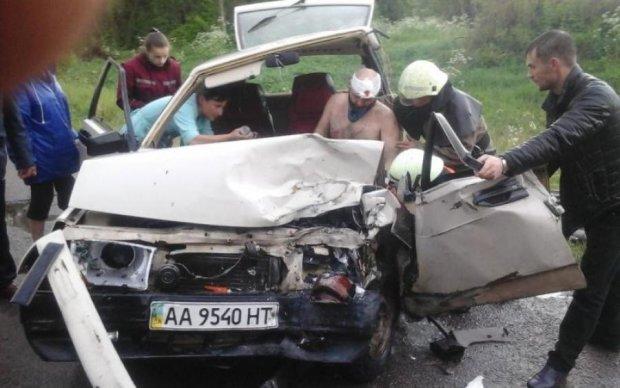 Моторошна ДТП під Києвом: водія вирізали з авто