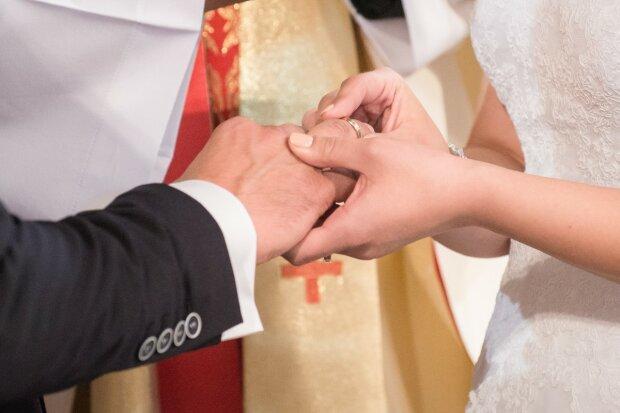 Не простое украшение - почему люди начали носить обручальные кольца
