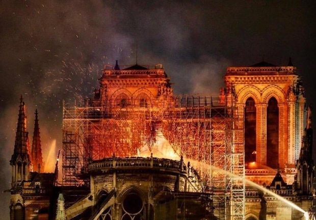 """Пожежа в Нотр-Дам-де-Парі відкрила """"портал Апокаліпсису"""": про що потайки шепочуться конспірологи"""