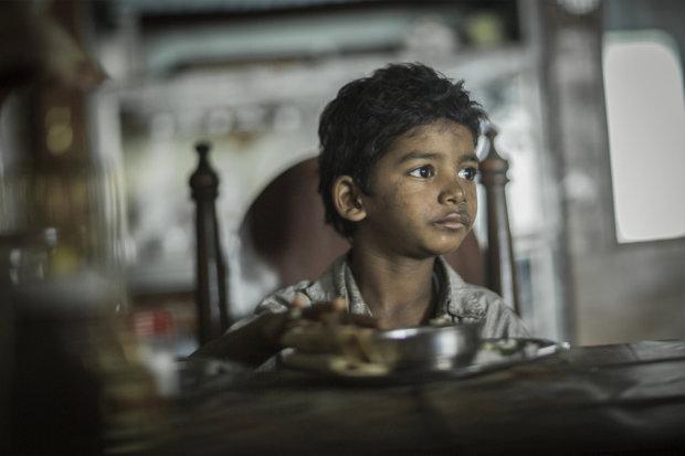 Играет, ест, спит и даже принимает ванну: фобия миллионов стала для 7-летнего мальчика лучшим другом