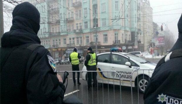 В Киеве неадекват набросился на парня и девушку возле отеля, - дикие кадры попали в сеть