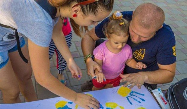 """Бійці """"Азову"""" влаштували свято для дітей у Маріуполі (фото)"""