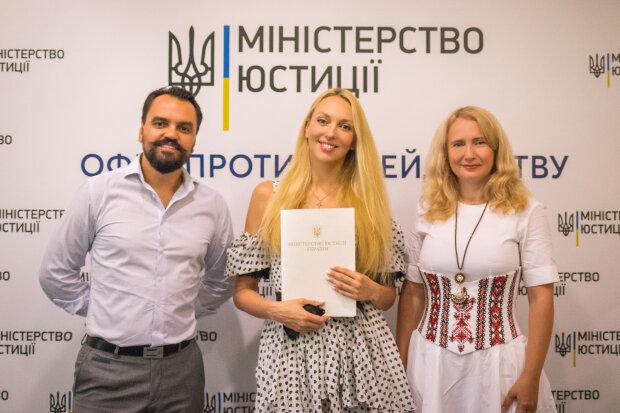 Оля Полякова с главой и членами профсоюза, фото - пресс-служба профсоюза