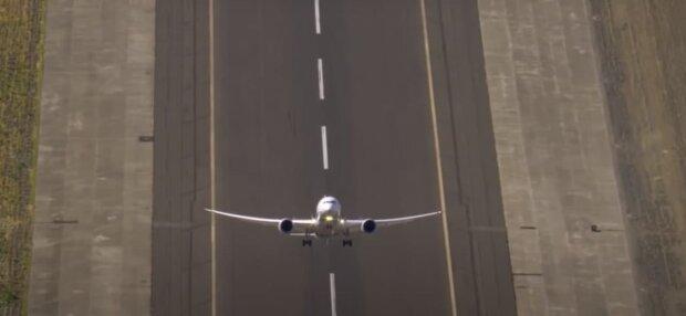 """Потеряна связь с Boeing 737-500: самолет """"упал"""" на 3 километра за минуту"""