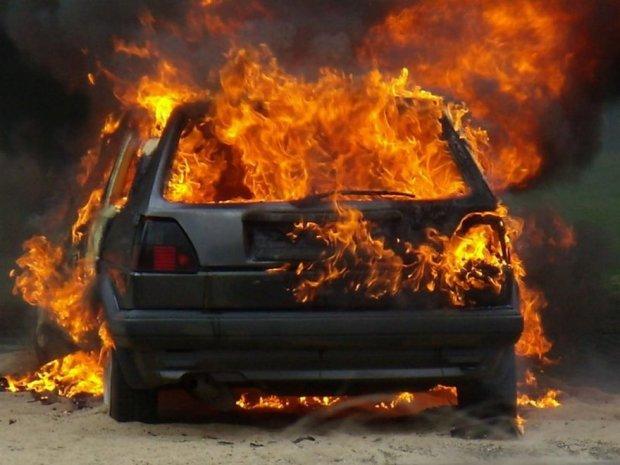 машина загорілась посеред дороги