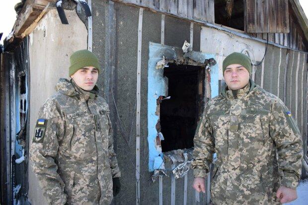 Герои из ВСУ спасли жизнь больному мужчине: на руках вынесли из горящего дома