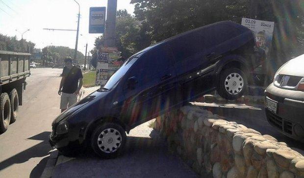"""Дитина невдало """"припаркувала"""" авто у Тернополі (фото)"""