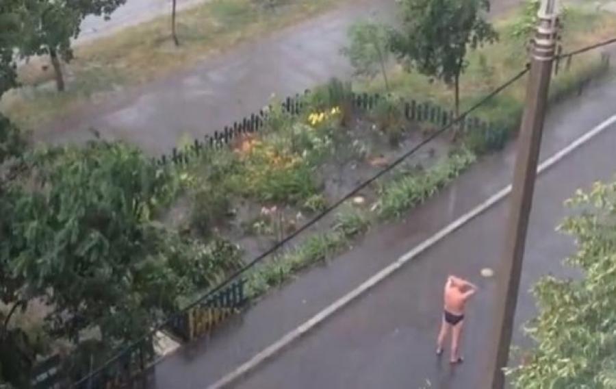 ярко-голубым, желтым, голый мужик на улице видео пофигисты зависимости принятого