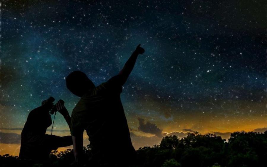 фотоэффекты где мужчина смотрит на небо порывы ветра грозили