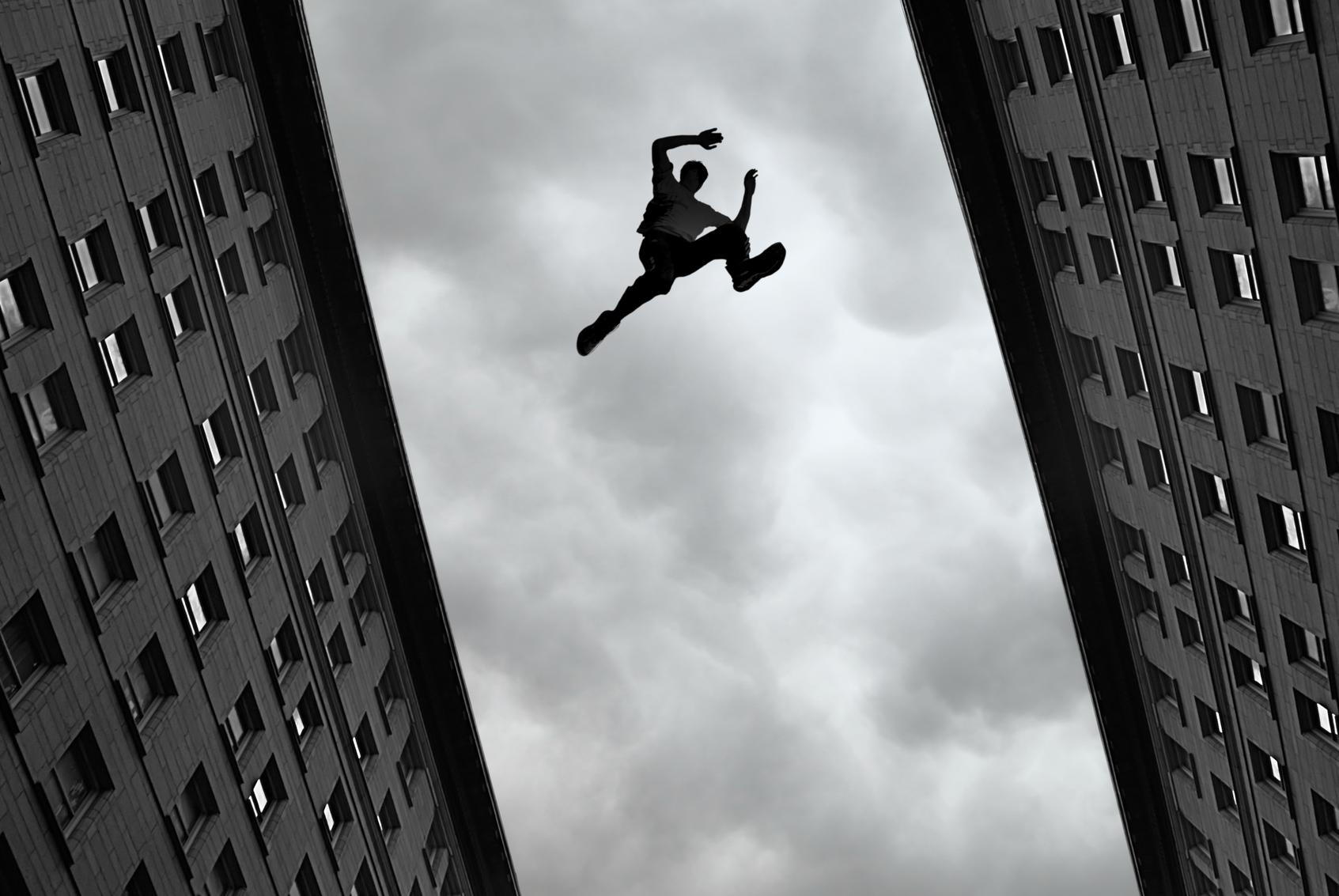 картинки человек прыгает с крыши