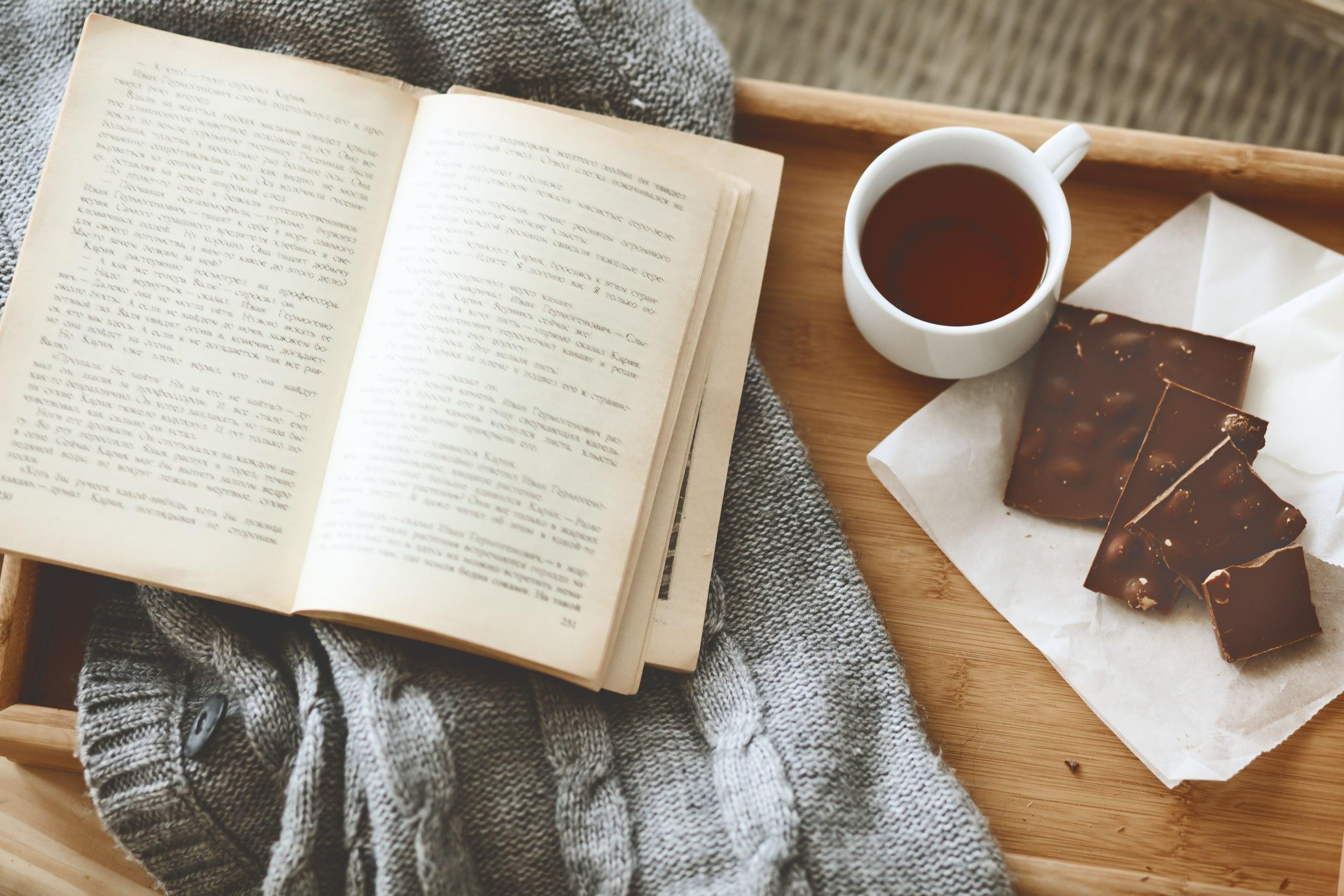 фото с книгой и чаем булатов один