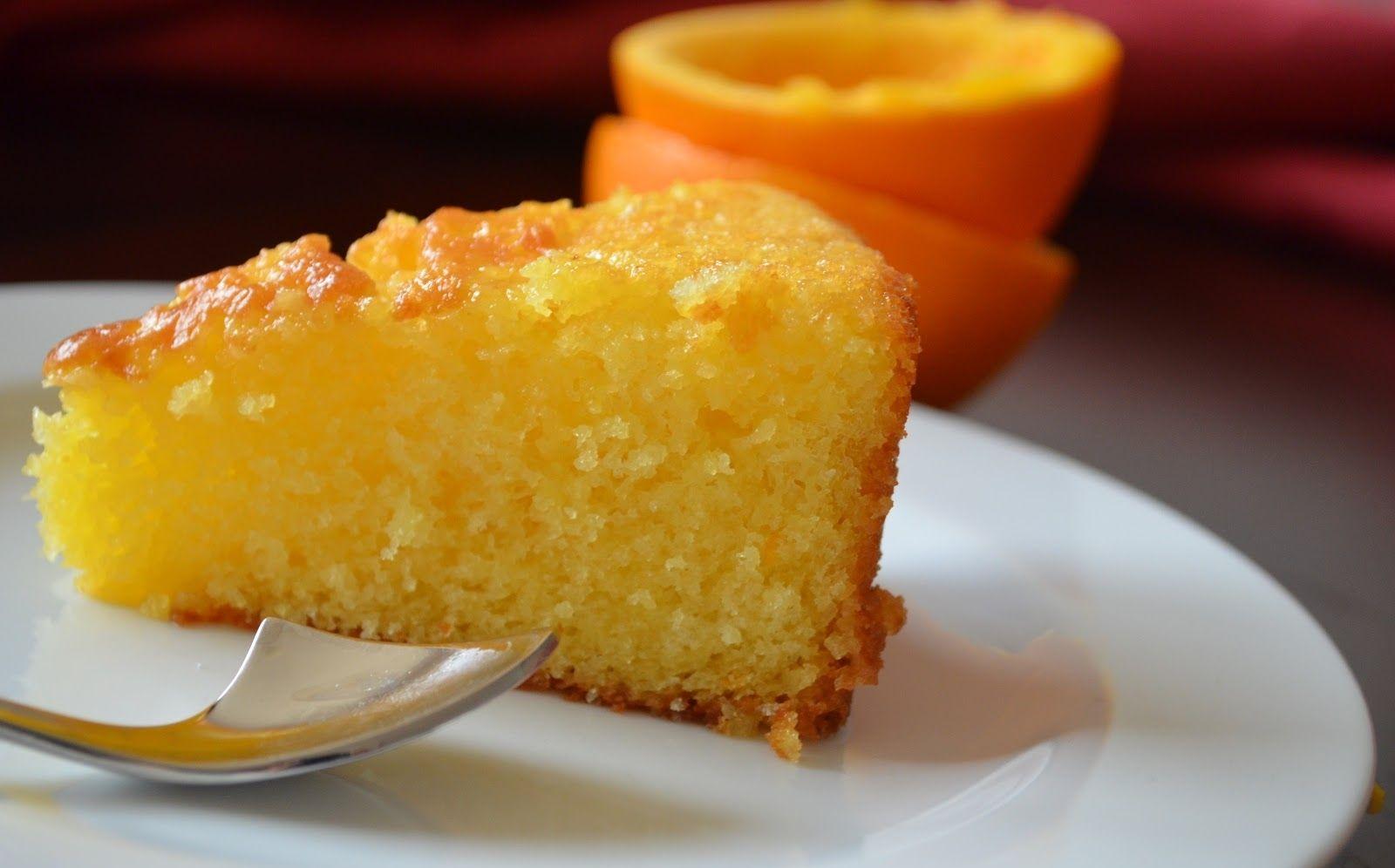 Украшением торта служит интересный декор из груш.