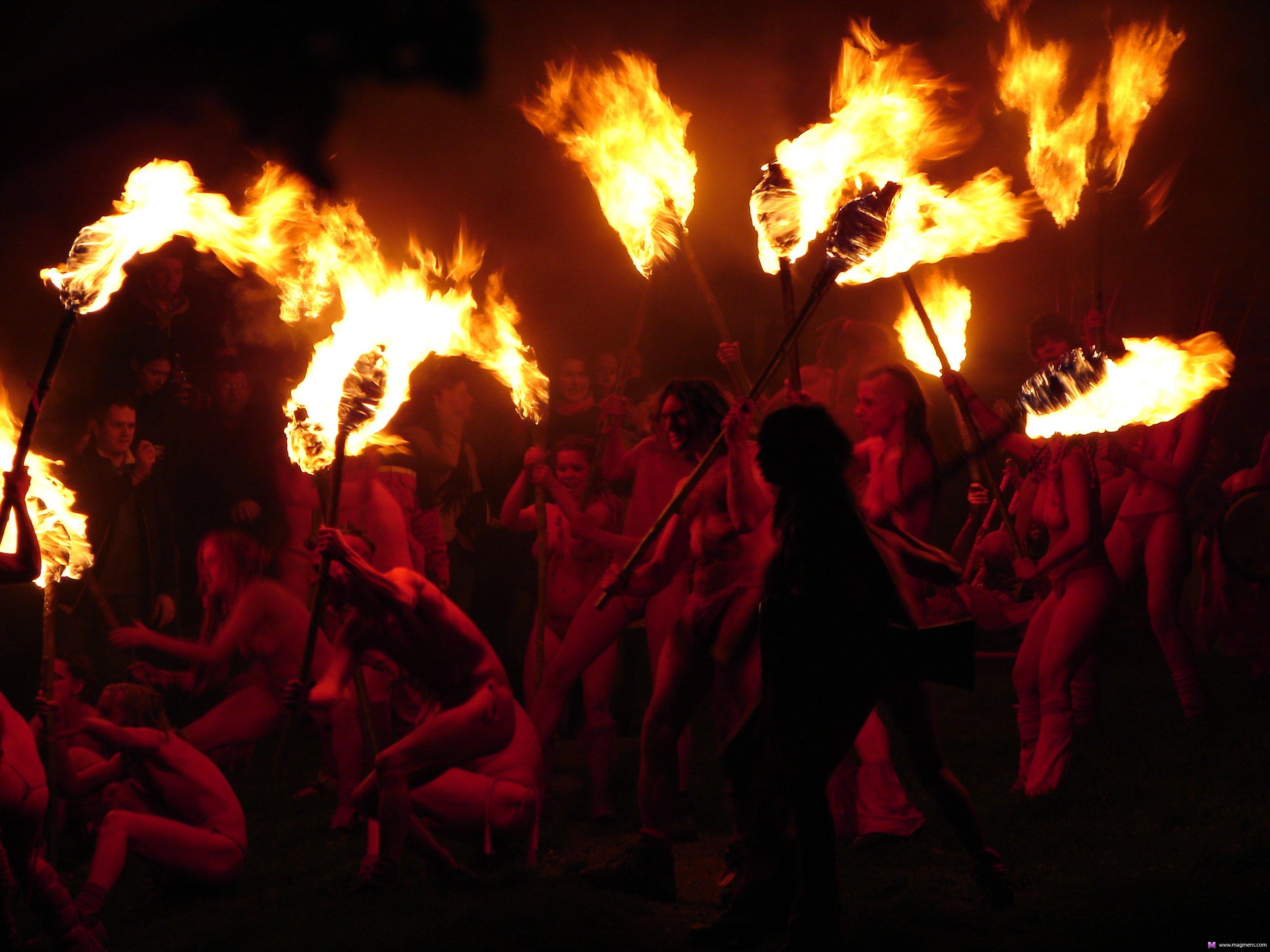 сам вальпургиева ночь сгорела в огне онлайн рыжеволосый парень