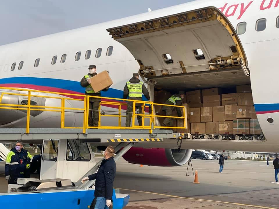 Мільйони китайських масок, тестів і костюмів вже приземлились у Борисп