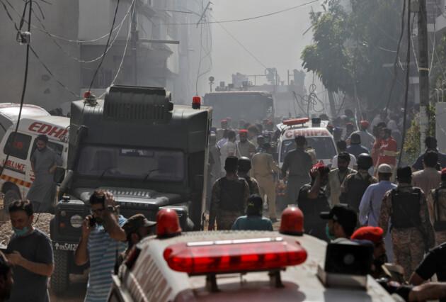 Все погибли или нашли выживших: авиакатастрофа в Пакистане обрастает странными деталями
