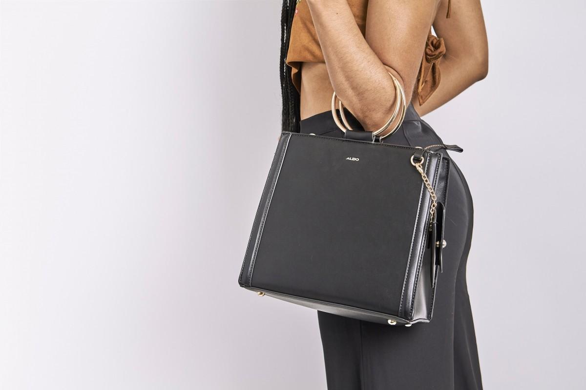 А как носите сумку вы? Привычка, которая расскажет о человеке гораздо больше, чем он сам