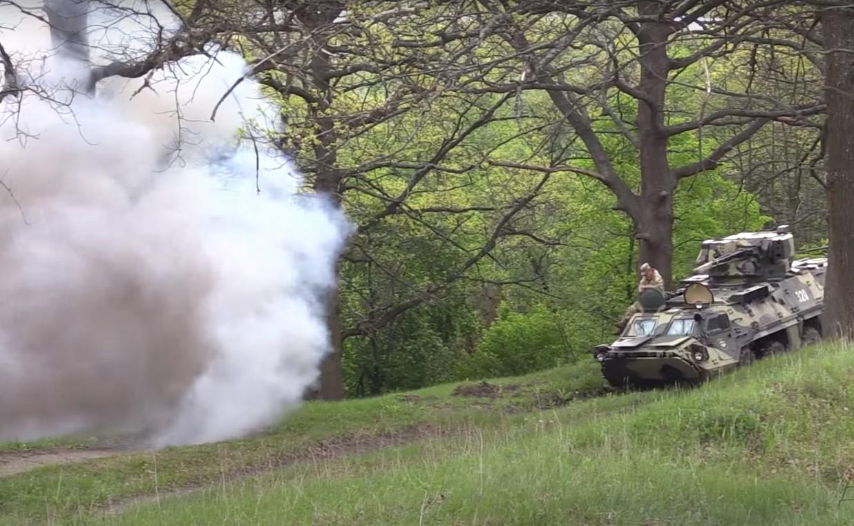Поле под Харьковом заполонили десятки танков, люди в военной форме настроены решительно - что происходит