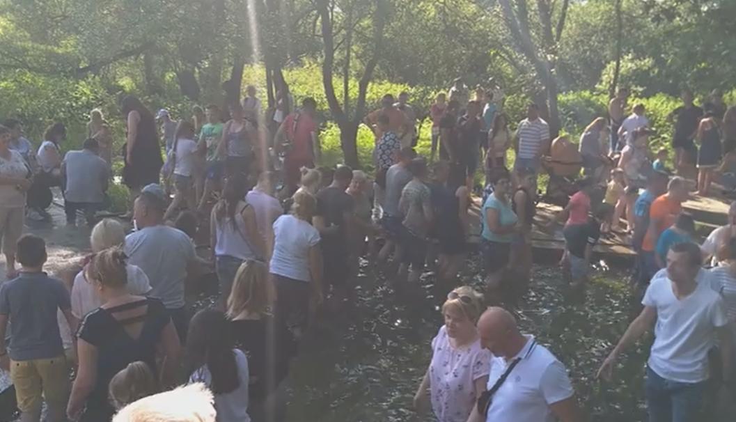 '12 кругов против вируса': львовяне устроили дикий шабаш в воде в разг