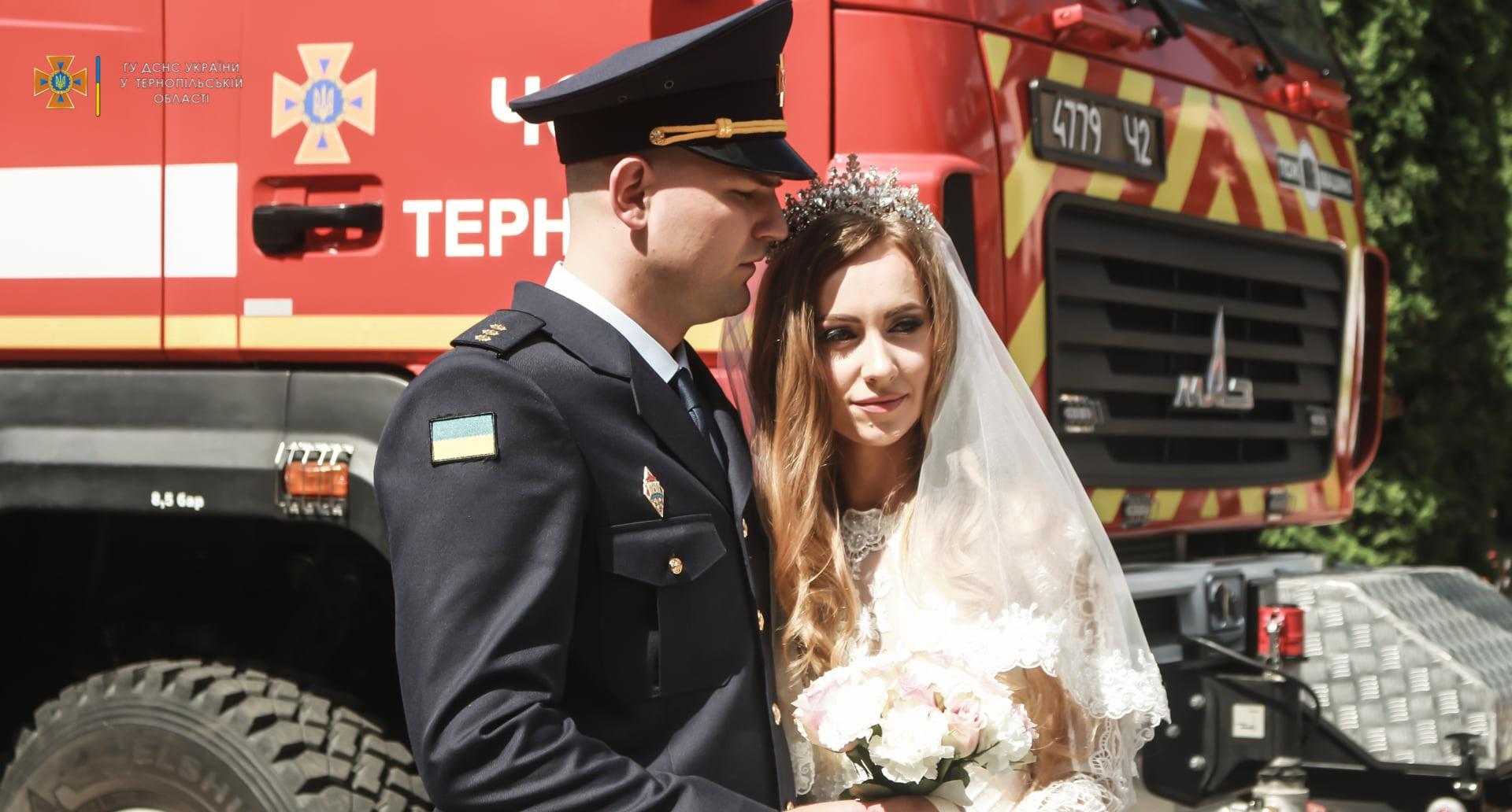 Вместо 'горько' - вой сирен: пара спасателей женилась по традициям раб
